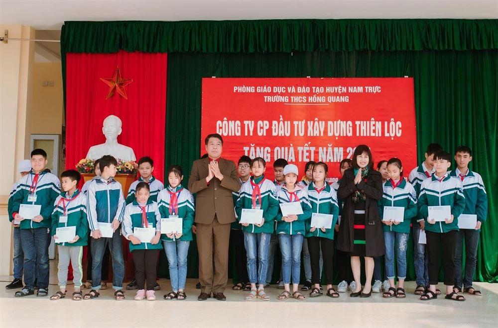 Công ty CP Đầu tư Xây dựng Thiên Lộc trao quà Tết cho học sinh có hoàn cảnh đặc biệt tại Trường Trung học cơ sở và trường Tiểu học xã Hồng Quang (Nam Định)