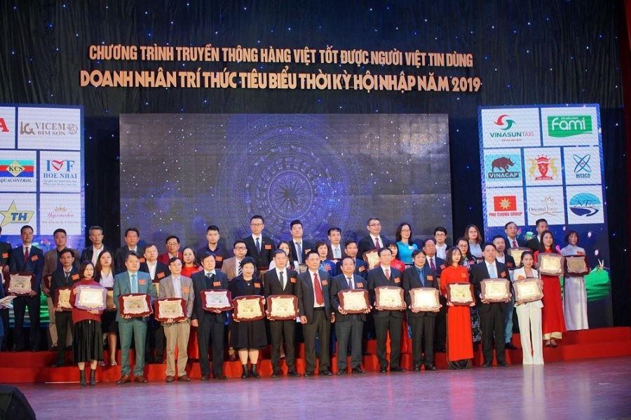 Phó chủ tịch HĐQT, Phó Tổng giám đốc Công ty Thiên Lộc Nguyễn Thị Thanh Trang nhận bảng vàng Doanh nhân trí thức tiêu biểu thời kỳ hội nhập năm 2019