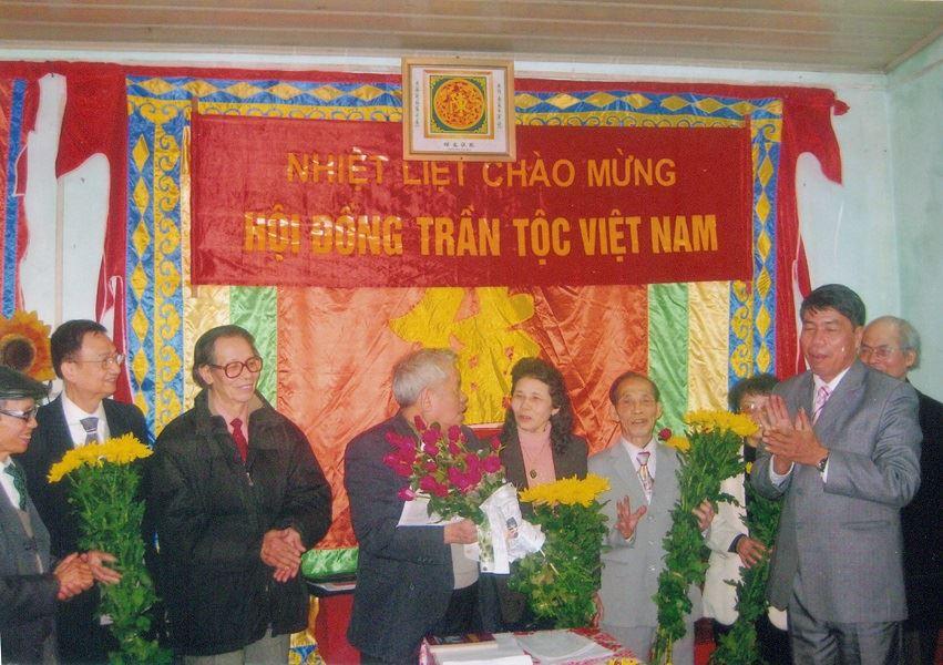 Chủ tịch Hội đồng quản trị kiêm Tổng Giám đốc Vũ Văn Trường tặng hoa chúc mừng Đại hội Trần tộc Việt Nam
