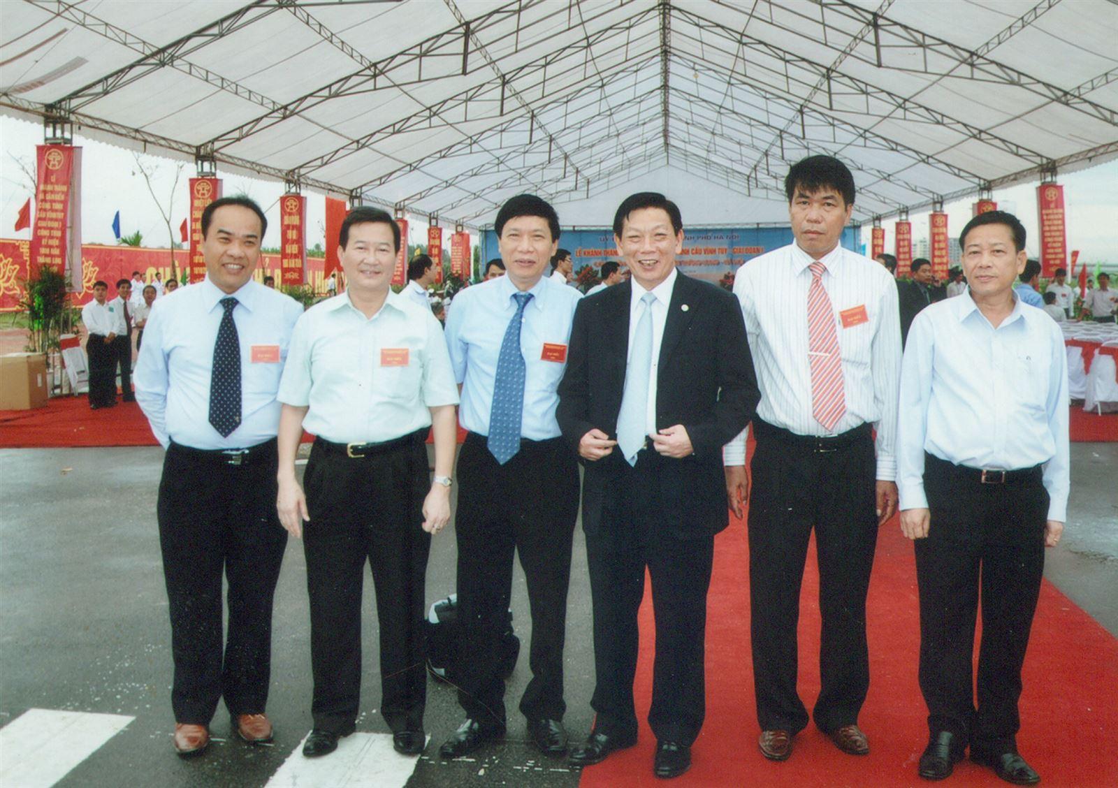 Chủ tịch Hội đồng quản trị kiêm Tổng Giám đốc Vũ Văn Trường, Chủ tịch UBND Thành phố Hà Nội Nguyễn Thế Thảo và các Phó Chủ tịch Thành phố dự Đại lễ 1.000 năm Thăng Long Hà Nội.