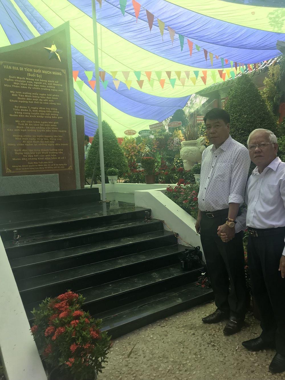 Chủ tịch Hội đồng quản trị kiêm Tổng Giám đốc Công ty Cổ phần Đầu tư Xây dựng Thiên Lộc chụp ảnh kỷ niệm với ông Lê Hoàng Quân - nguyên Ủy viên Trung ương Đảng, nguyên Chủ tịch Ủy ban Nhân dân thành phố Hồ Chí Minh tại buổi gặp mặt kỷ niệm 50 năm trận đánh suối Mạch Máng