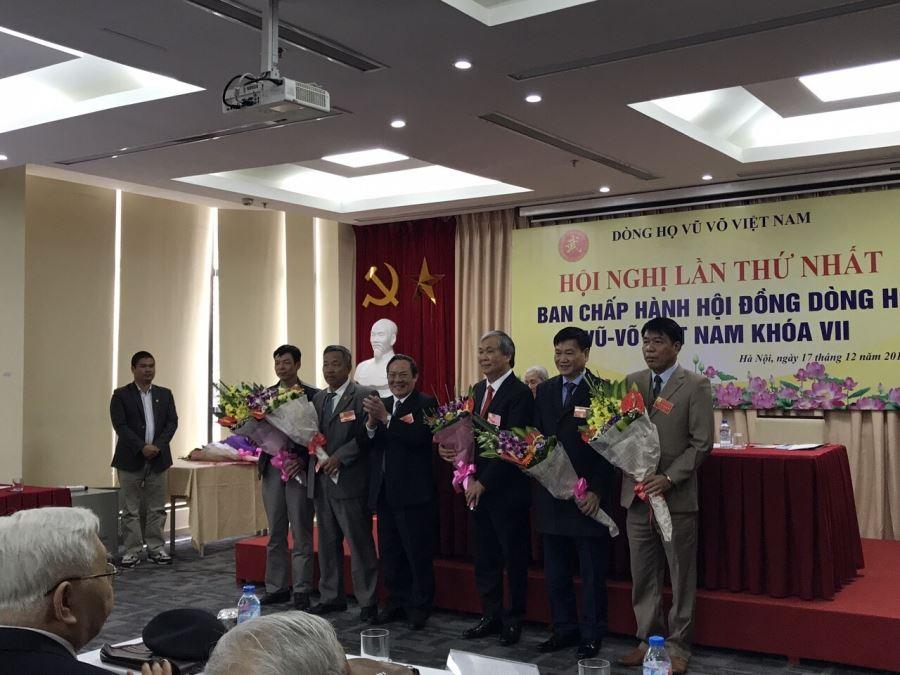 Ông Vũ Văn Trường (đầu tiên từ phải qua trái) và các ông được vinh danh, biểu dương trong Hội nghị Ban chấp hành Hội đồng dòng họ Vũ-Võ Việt Nam lần thứ nhất, khóa VII