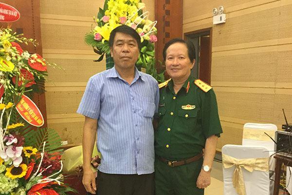 Viện sỹ, Thượng tướng, Anh hùng lực lượng vũ trang Nguyễn Huy Hiệu tặng hoa Tổng Giám đốc Vũ Văn Trường nhân ngày Doanh nhân Việt Nam 13-10