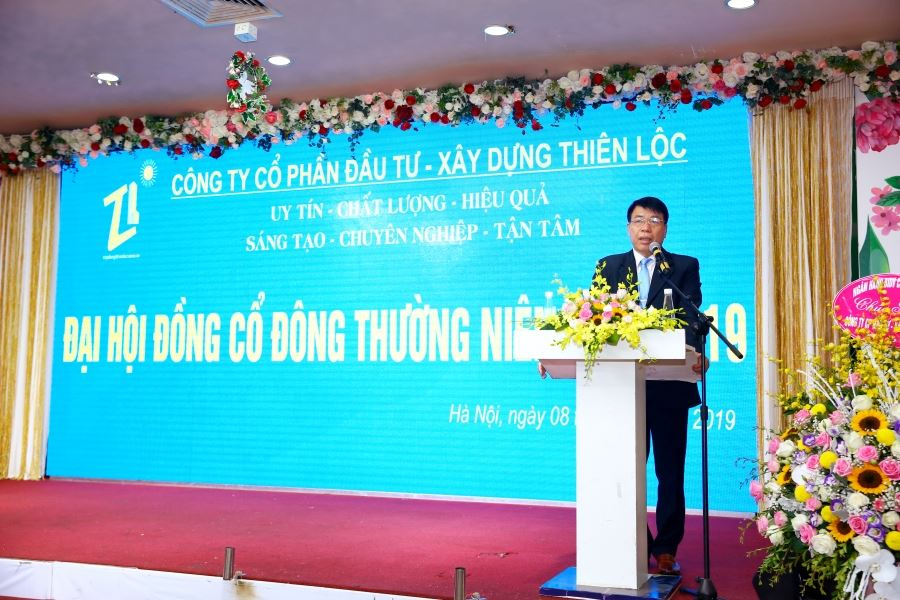 Ông Vũ Văn Trường, Chủ tọa Đại hội trình bày Tờ trình ủy quyền cho HĐQT chuẩn bị, huy động nguồn lực thực hiện đầu tư một số dự án.