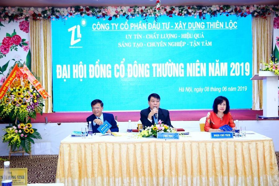 Đoàn Chủ tịch Đại hội, ông Vũ Văn Trường - Tổng giám đốc, chủ tọa Đại hôi (người ngồi giữa), ông Nguyễn Văn Tiến - Phó tổng giám đốc (người ngồi đầu bên trái) và bà Vũ Thị Kiểu Oanh, Chủ tịch Công đoàn (người ngồi đầu bên phải)
