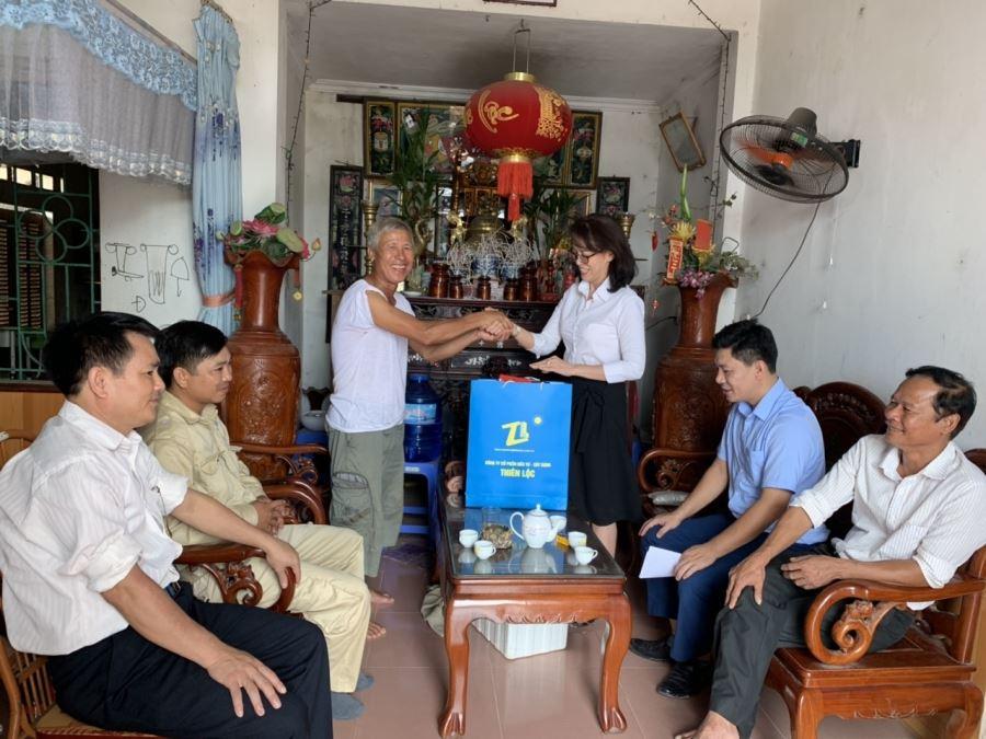 Bà Nguyễn Thị Thanh Trang, Phó Chủ tịch Hội Đồng Quản Trị, Phó Tổng giám đốc Công ty cùng với lãnh đạo Hội phụ nữ phường Thắng Lợi, Tổ Dân phố Ưng thăm hỏi, tặng quà các gia đình chính sách thương binh, liệt sỹ