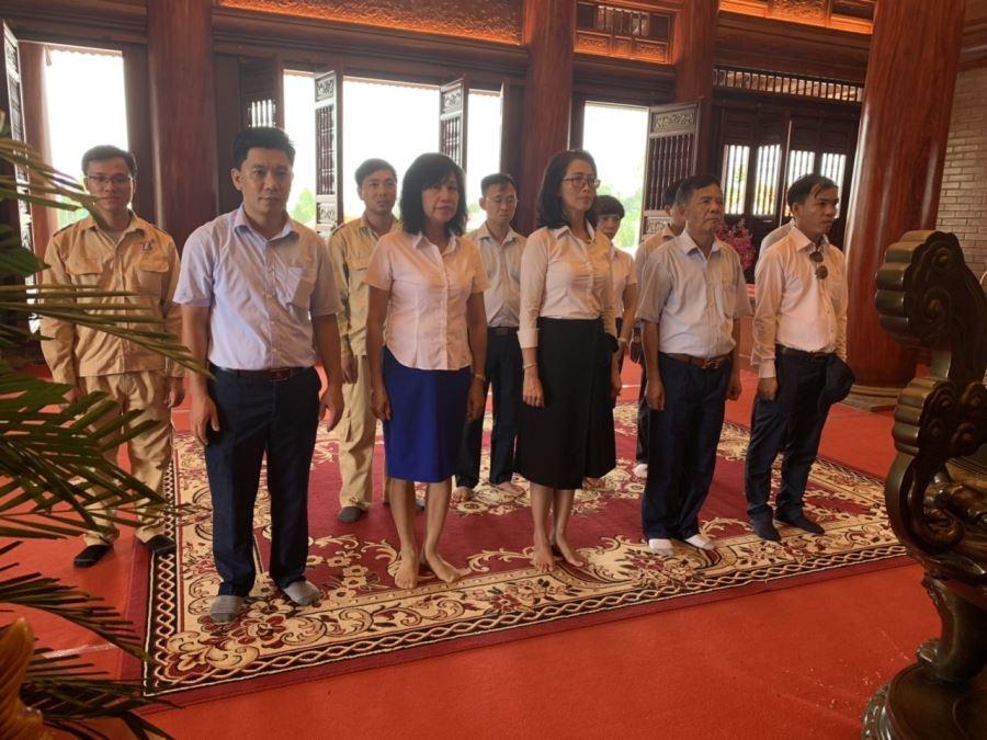 Ban Lãnh đạo cùng cán bộ Công ty dâng hương tại Khu tưởng niệm Đại đội TNXP 915 (Thái Nguyên)