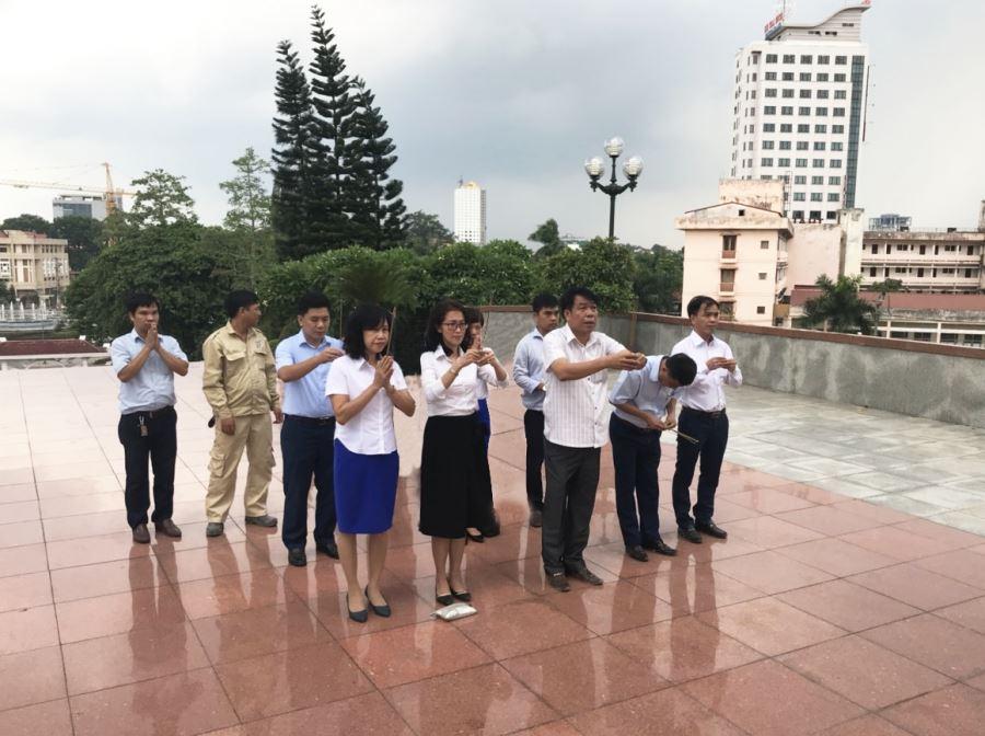 Ban Lãnh đạo và các cán bộ công ty dâng hương tại Nghĩa trang liệt sỹ TP Thái Nguyên.