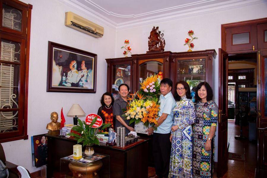 Chủ tịch Hội đồng quản trị kiêm Tổng Giám đốc Vũ Văn Trường cùng với lãnh đạo, cán bộ tiêu biểu của Công ty đến thăm Thượng tướng Nguyễn Huy Hiệu, nguyên UVTƯĐ , Thứ trưởng Bộ Quốc phòng