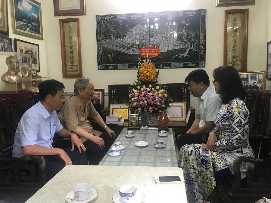 Chủ tịch Hội đồng quản trị kiêm Tổng Giám đốc Vũ Văn Trường cùng với lãnh đạo, cán bộ tiêu biểu của Công ty đến thăm nguyên Ủy viên Bộ Chính trị, nguyên Trưởng ban Dân vận Trung ương Vũ Oanh