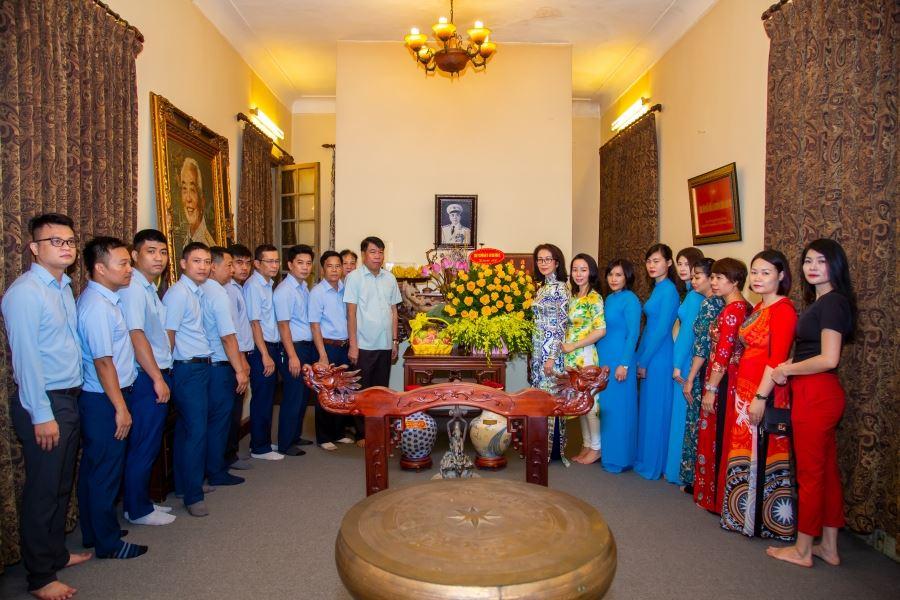 Chủ tịch Hội đồng quản trị kiêm Tổng Giám đốc Vũ Văn Trường cùng với lãnh đạo, cán bộ, nhân viên Công ty đến thắp hương Đại tướng Võ Nguyên Giáp
