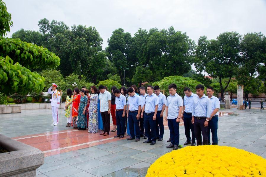 Chủ tịch Hội đồng quản trị kiêm Tổng Giám đốc Vũ Văn Trường dẫn đầu đoàn cán bộ tiêu biểu của Công ty vào dâng hương tại Đài tưởng niệm Bắc Sơn