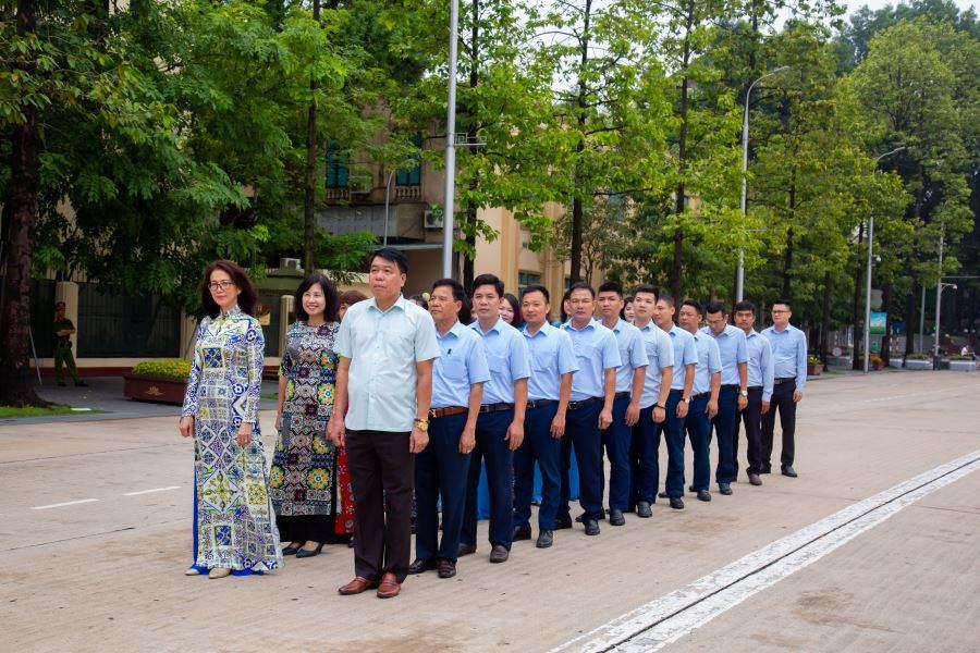Chủ tịch Hội đồng quản trị kiêm Tổng Giám đốc Vũ Văn Trường dẫn đầu đoàn cán bộ tiêu biểu của Công ty vào Lăng viếng Bác ngày 2/9/2019