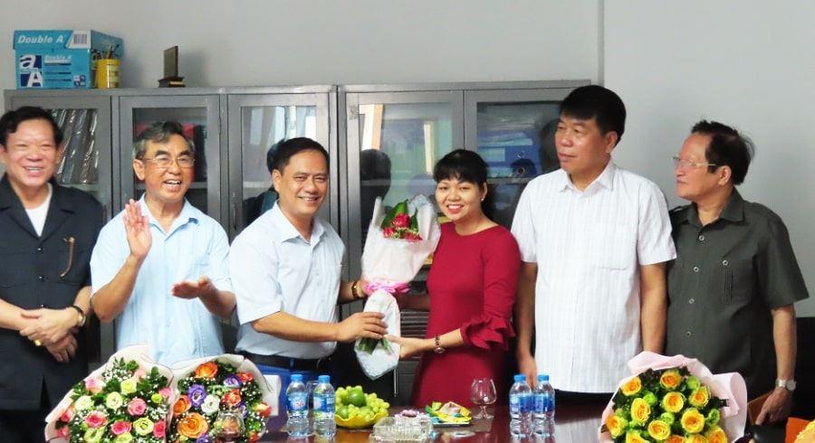 Các CBNV nam tặng hóa chúc mừng chị em phụ nữ