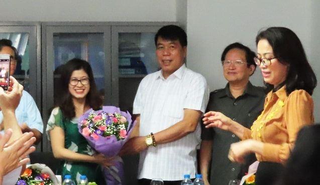 Chủ tịch HĐQT kiêm Tổng giám đốc Vũ Văn Trường tặng hoa chúc mừng chị em phụ nữ