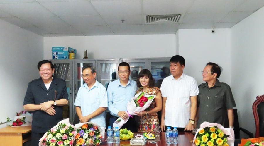 Các CBNV nam tặng hoa chúc mừng chị em phụ nữ