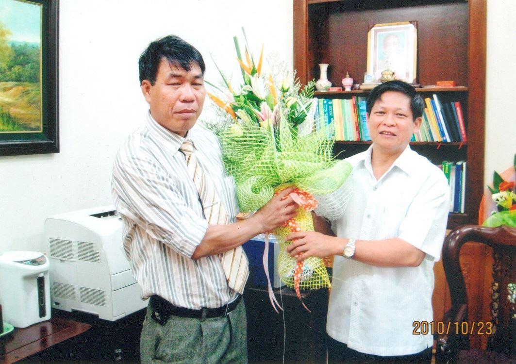 Chủ tịch Hội đồng quản trị kiêm Tổng Giám đốc Vũ Văn Trường tặng hoa đồng chí Phạm Xuân Đương - Chủ tịch Ủy ban Nhân dân T.Thái Nguyên được bầu làm Bí thư Tỉnh ủy Thái Nguyên.