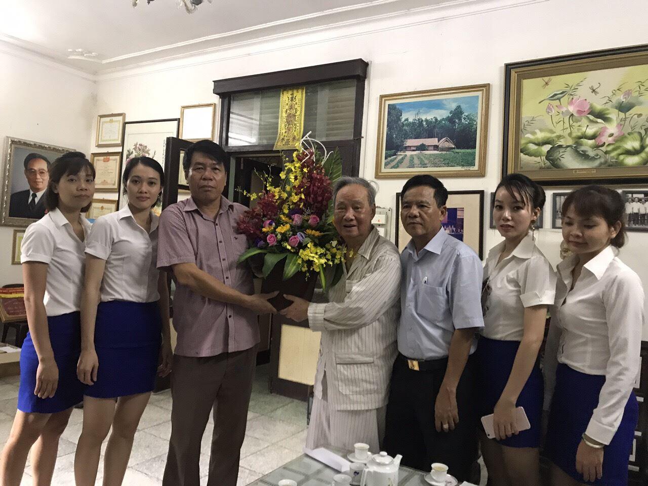 Nhân dịp kỷ niệm 2-9-2017, Chủ tịch HĐQT kiêm Tổng Giám đốc Vũ Văn Trường cùng cán bộ Công ty đến thăm, tặng hoa, chúc sức khỏe và báo cáo với Nguyên Ủy viên Bộ Chính trị Vũ Oanh tại nhà riêng của cụ Vũ Oanh