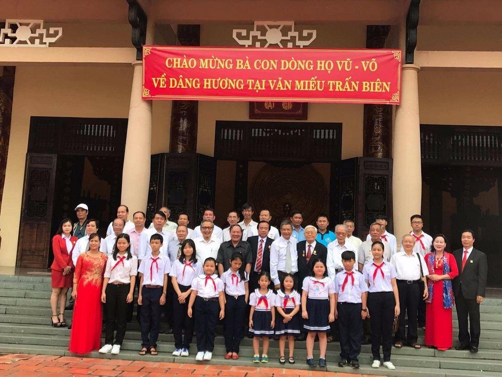 Ông Vũ Văn Trường cùng đại diện dòng họ Vũ-Võ tỉnh Đồng Nai dâng hương tại Văn miếu Trấn Biên