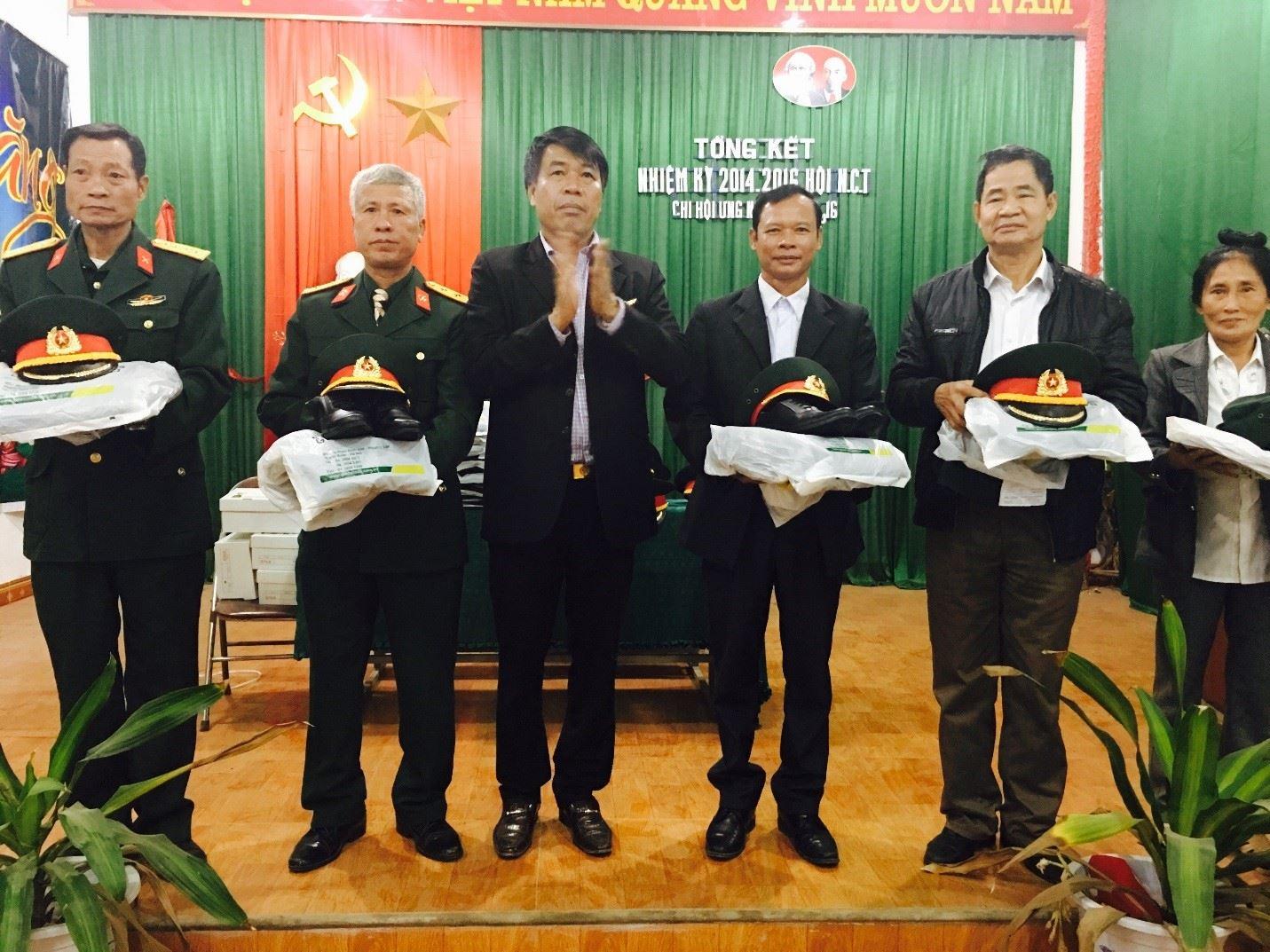 Chủ tịch Hội đồng quản trị kiêm Tổng Giám đốc Vũ Văn Trường tặng quà Chi hội Cựu Chiến binh Tp.Sông Công - T.Thái Nguyên