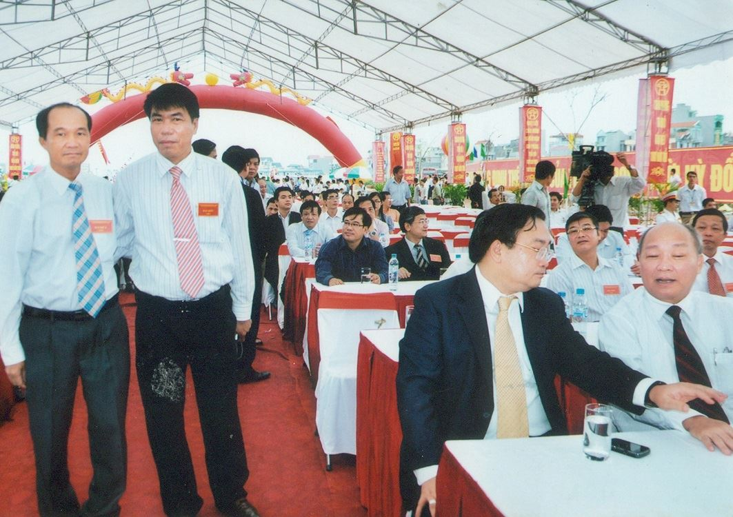 Chủ tịch Hội đồng quản trị kiêm Tổng Giám đốc Vũ Văn Trường cùng đồng chí Dương Công Minh - Chủ tịch Ngân hàng Liên Việt dự Đại lễ 1.000 năm Thăng Long - Hà Nội với Phó Thủ tướng Chính phủ Hoàng Trung Hải