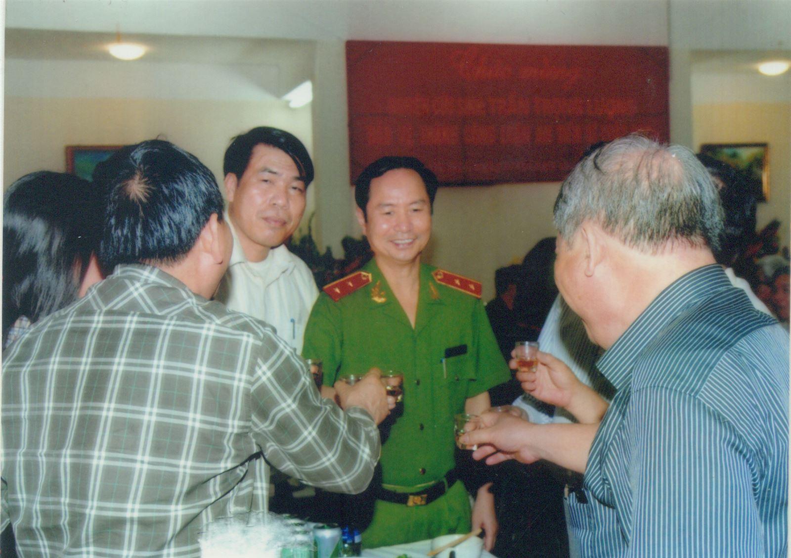 Chủ tịch Hội đồng quản trị kiêm Tổng Giám đốc Vũ Văn Trường cùng Trung tướng Phạm Quý Ngọ chúc mừng khóa đào tạo tiến sỹ tại Học viện Cảnh sát nhân dân.