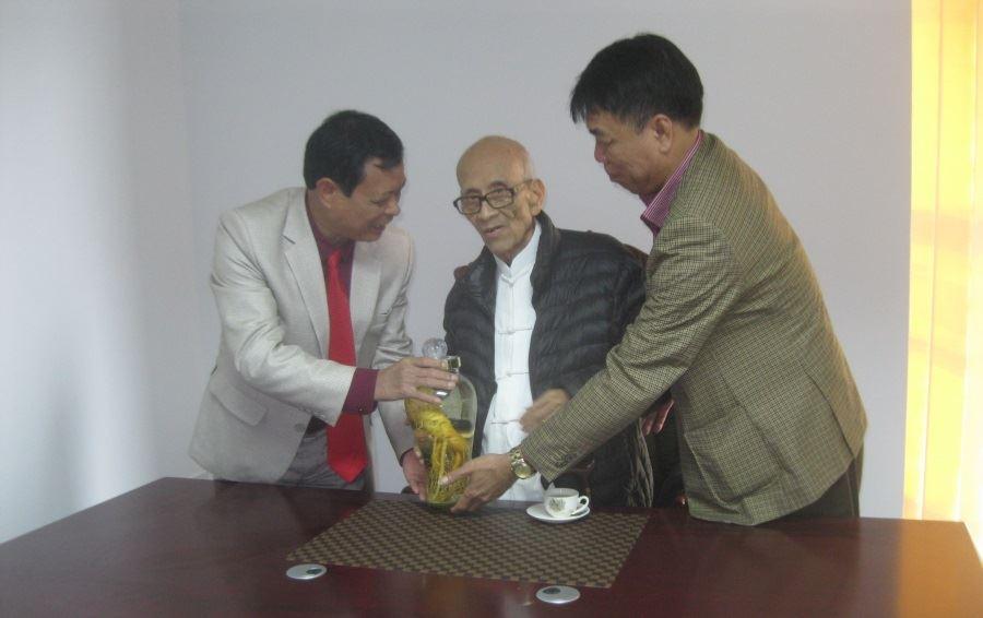 Giáo sư, Anh hùng lao động Vũ Khiêu đến thăm và động viên Ban lãnh đạo cùng các cán bộ Công ty Cổ phần Đầu tư Xây dựng Thiên Lộc