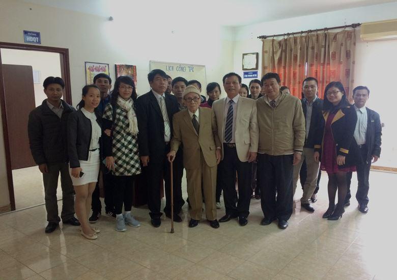 Giáo sư, Anh hùng lao động Vũ Khiêu cùng với Lãnh đạo và cán bộ Công ty trong chuyến đến thăm ngày 12-12-2015