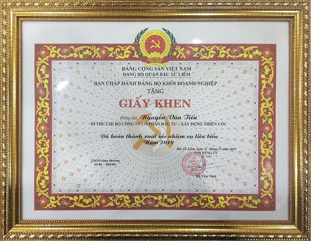 Đồng chí Nguyễn Văn Tiến - Bí thư Chi bộ Công ty Cổ phần Đầu tư Xây dựng Thiên Lộc được Ban chấp hành Đảng bộ khối doanh nghiệp Quận Bắc Từ Liêm trao tặng giấy khen Đã hoàn thành xuất sắc nhiệm vụ tiêu biểu năm 2019