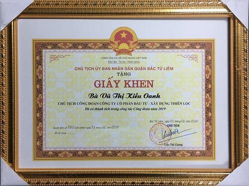Đồng chí Vũ Thị Kiều Oanh - Chủ tịch Công đoàn Công ty Cổ phần Đầu tư Xây dựng Thiên Lộc được Chủ tịch UBND Quận Bắc Từ Liêm trao tặng giấy khen Đã có thành tích trong công tác Công đoàn năm 2019